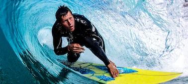 Kép egy szörfösről, ahol elmosódásmentesen látszanak a részletek is