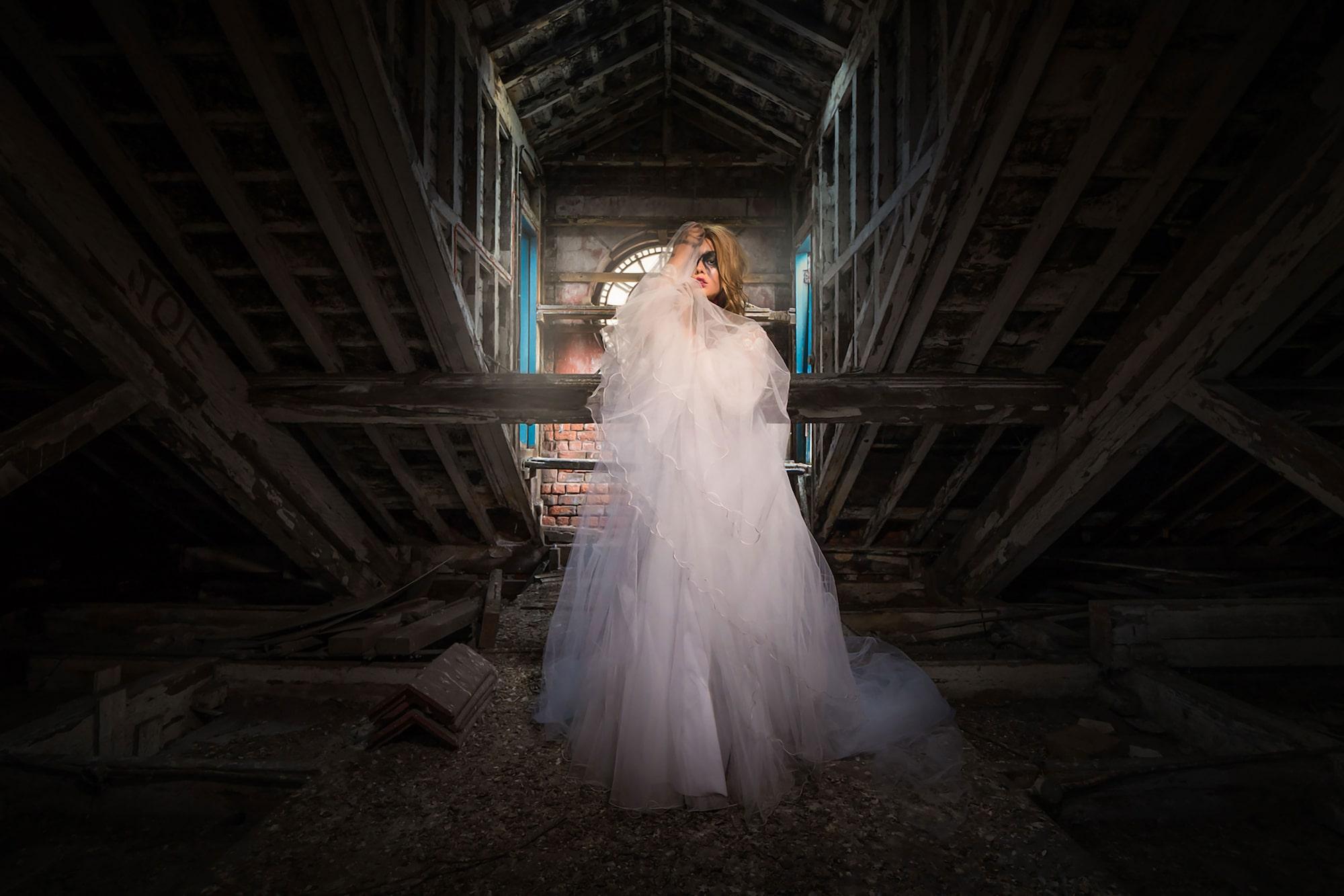 terry donnelly sony alpha 9 széles látószögű portré egy pajtában álló menyasszonyi ruhát viselő hölgyről