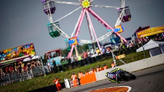 alex-farinelli-sony-alpha-9-motorcyclist-leans-over-on-a-corner-with-ferris-wheel-in-the-background