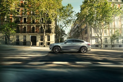 frederic-schlosser-sony-alpha-7R-car-driving-along-wide-street-in-madrid