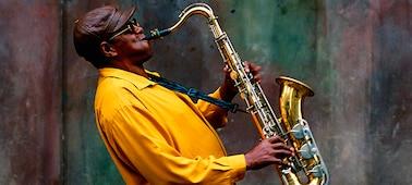 Koncerten játszó zenész képe